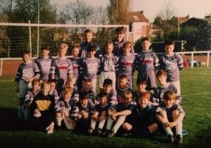"""Les """"Pupilles"""" du FC Lambersart saison 93/94. On peut voir en arrière plan l'inénarrable """"terrain rouge""""!"""